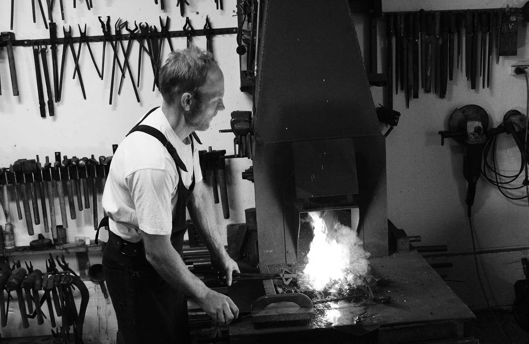 Kunstschmied Stefan Simmet beim erhitzen eines Eisens