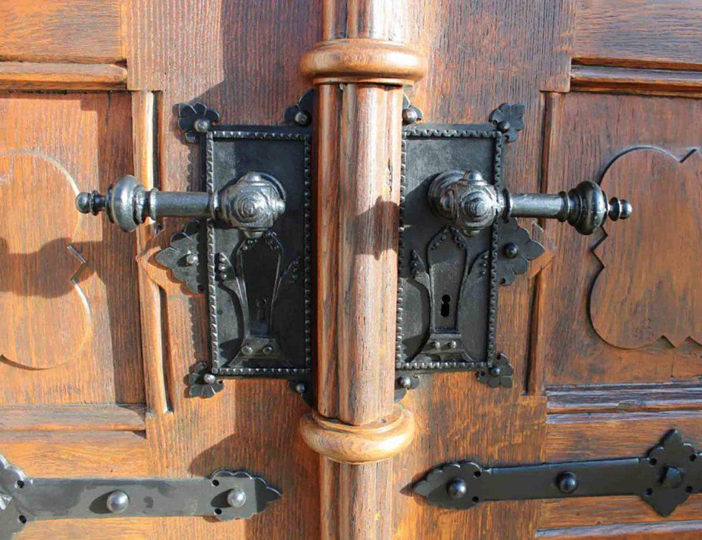 Historische geschmiedete Beschläge, Kirchentüre